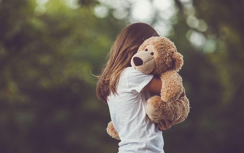 Illustrasjonsfoto av jente med bamse