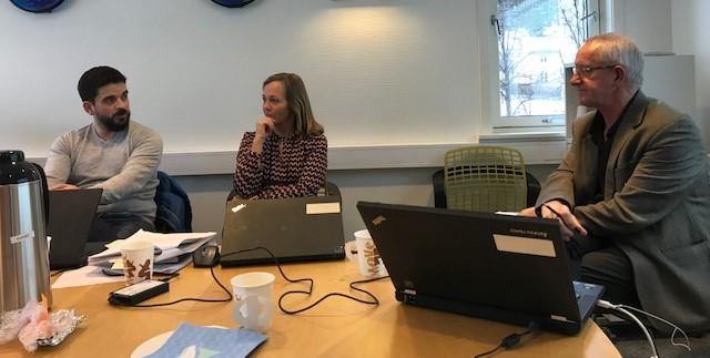 Bilde av møte 08.02 angående arbeid i forbindelse med velferdsteknologi og digitaliserining. Alle sitter rundt et bord