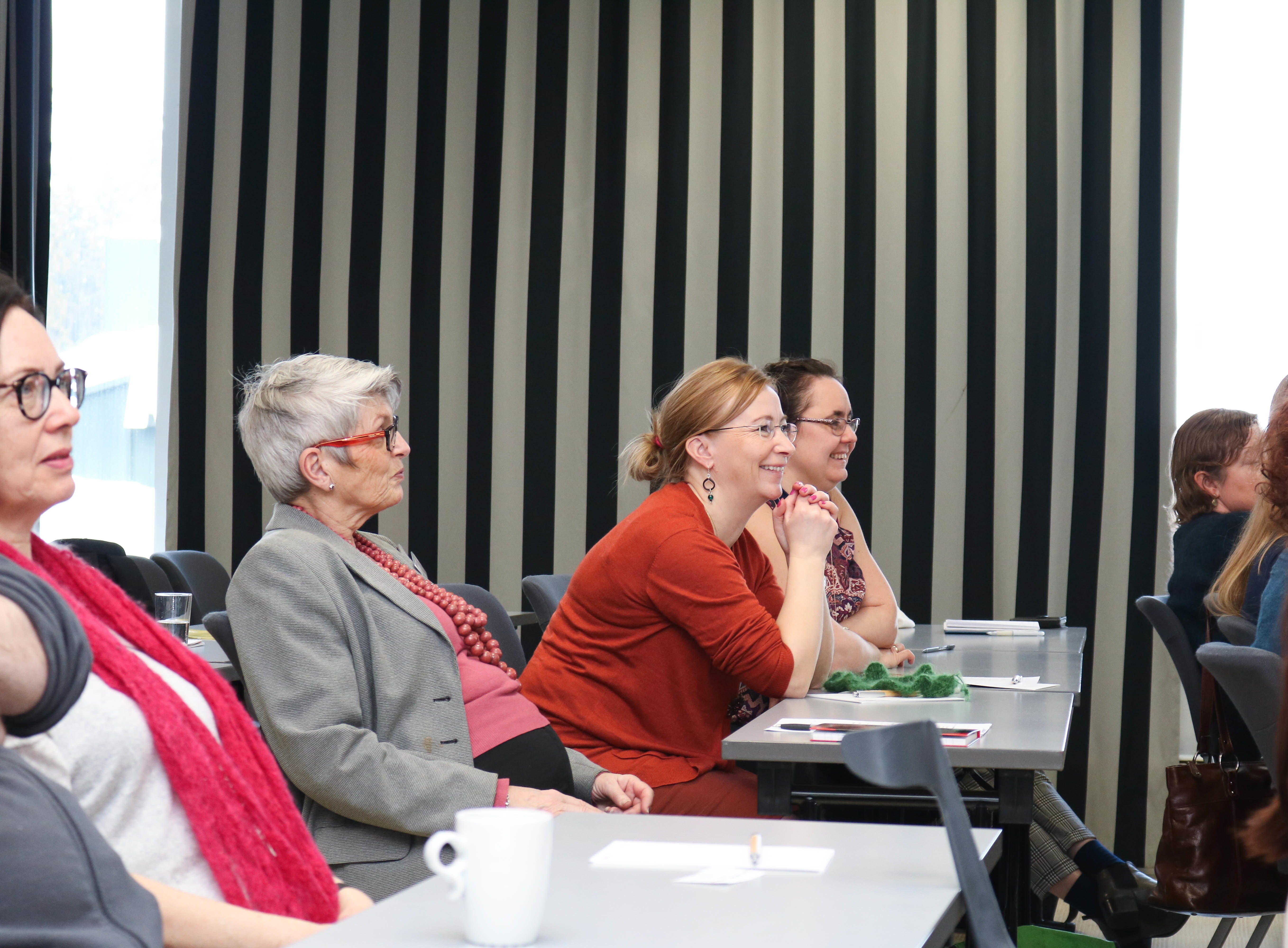Rekke med kvinnelige deltakere under foredrag på rådgiversamling.