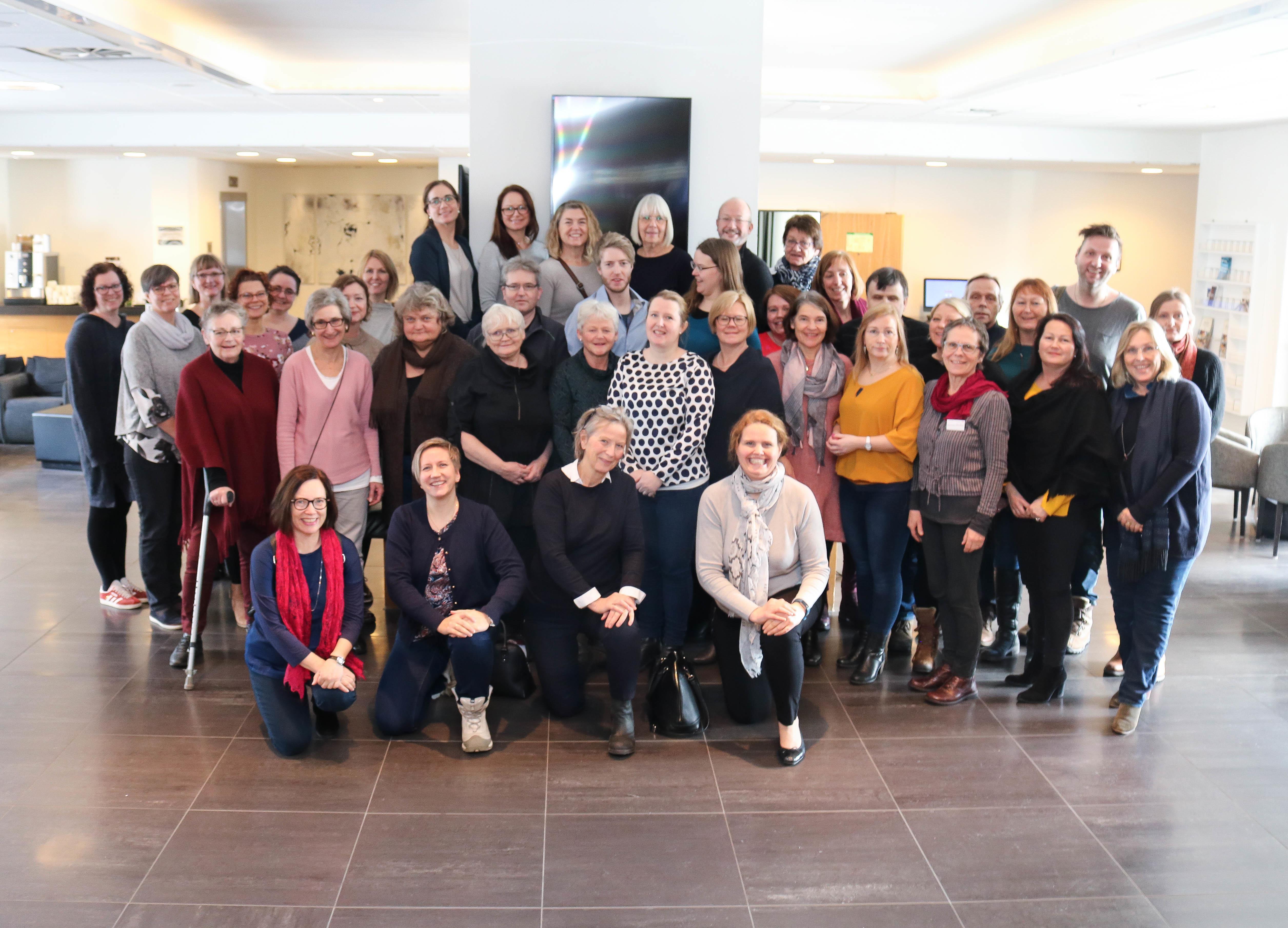 Fellesbilde av cirka femti rådgivere fra NKDB, under rådgiversamling i Asker Scandic.