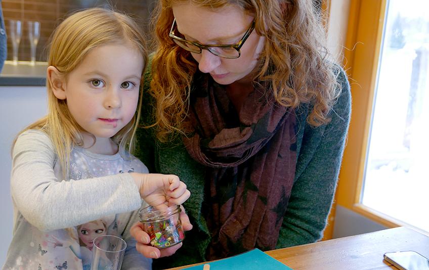 Amalie (5) viser mamma Lone hva hun har skapt av kunstverk.