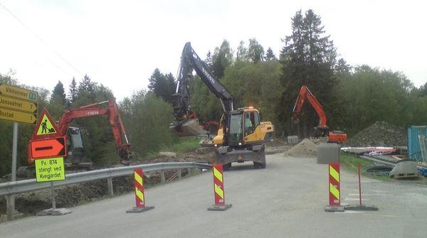 Bilde av gravemaskiner.