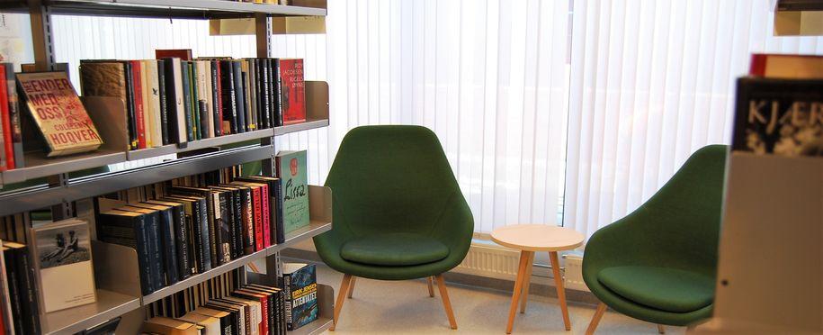 Bilde av stol og bøker på bibliotek