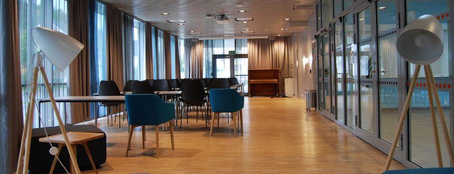 Bilde av Kjerraten med stoler, bord, projektor og lerret