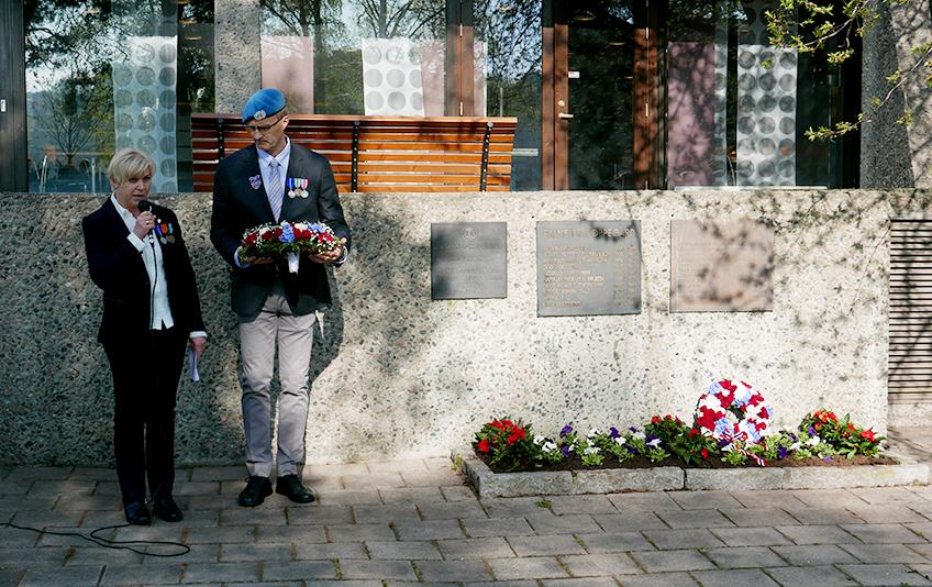 Sidsel Birkeland og Oddgeir Blokkum ved minnesmerket utenfor rådhuset.