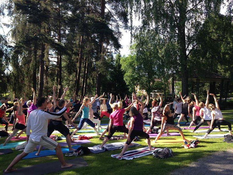 Yoga i parken. Foto: Elisabeth Blomberg