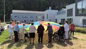 Bilde av beboere ved Hommelvik helsetun under Verdens aktivitetsdag