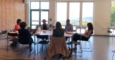 F.v: Kommunalsjef Ester Sandtrø, Cecilie Karlsen fra Fylkesmannen, virksomhetsleder barne- og familietjenesten Morten Mørkved, Cecilia Lyche fra Utdanningsdirektoratet, Beatriz Pont og Rim Rouw fra OECD.
