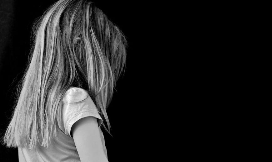 jente vendt med ansikt bort