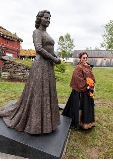 Statue av Aase Nordmo Løvberg