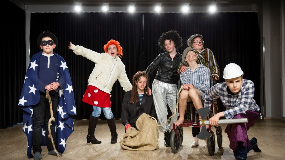 Bilde av elever ved kulturskolen - utkledd på scenen