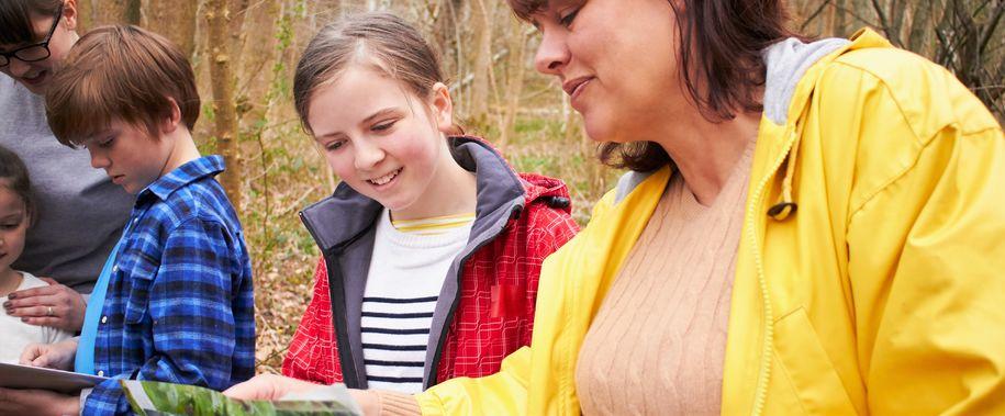 Bilde av jente og barn ute i naturen