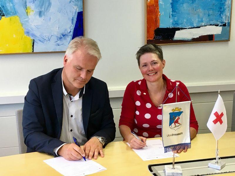 Avtalen signeres av rådmann Tord Buer Olsen og styreleder i Lillehammer Røde Kors, Lisbet Rustad.