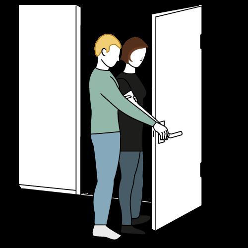 Ledsager står framfor bruker med hånden på dørhåndtaket. Brukers hånd er over ledsagershånd