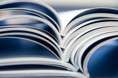 Illustrasjonsfoto av en bunke med oppslåtte magasiner.