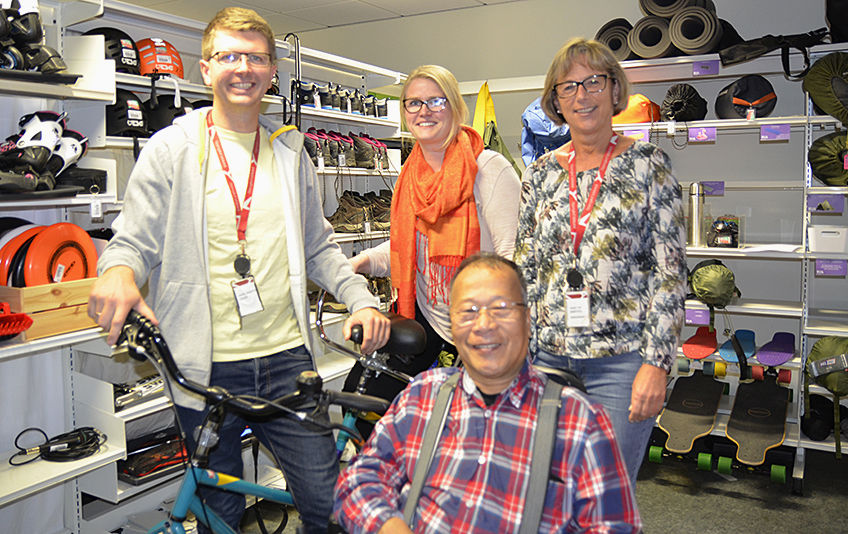 Fra venstre bibliotekar Hans Martin Enger, Ida Medeleen Moe fra frivilligsentralen og biblioteksjef Aase-Liv Birkenes, foran Khanh-Thanh Nguyen fra Framtiden i våre hender.