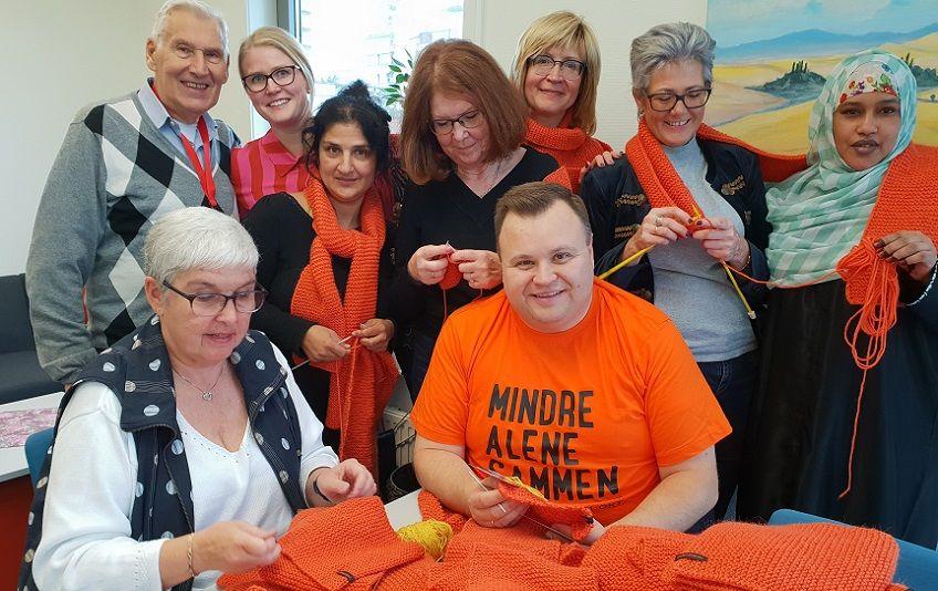 Ordfører Thomas Sjøvold sammen med frivillige på strikkedugnad.