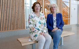 Fra venstre, rektor Anne Britt Kalleberg og rådgiver May Britt Esse  er svært fornøyd med at Flåtestad skole ble valgt ut som universitetsskole for tredje gangen. (foto: Jan Walbeck)