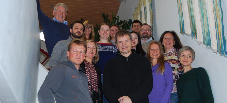 Bilde av ansatte i Malvik kommune, NTNU og ved University of Exeter, samlet på rådhuset i Hommelvik