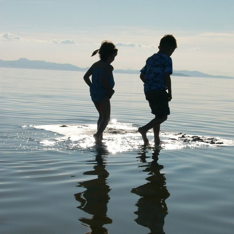 Barn i vannkanten, (illustrasjonsfoto).