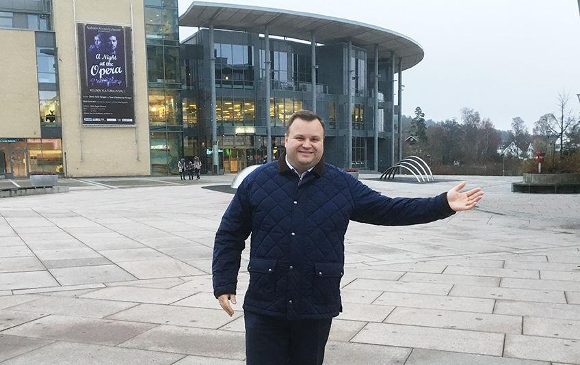 Ordfører Thomas Sjøvold viser hvor skøytebanen kommer på Jan Baalsruds plass