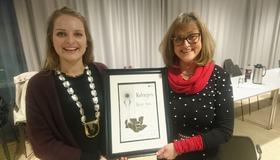 Bilde av prisvinner av kulturprisen, Ragnhild Skille og ordfører Ingrid Aune