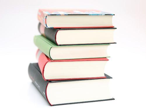 Stabel med fem tykke bøker