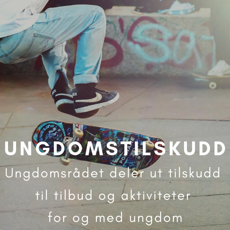 """Synstolking: Nærbilde av skateboard og bena til skateren, med teksten """"Ungdomstilskudd: Ungdomsrådet deler ut tilskudd til tilbud og aktiviteter for og med ungdom"""