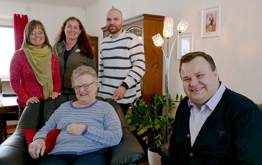 Britt Elisabeth Moe i sammen med rehabiliteringsteamet og ordfører Thomas Sjøvold