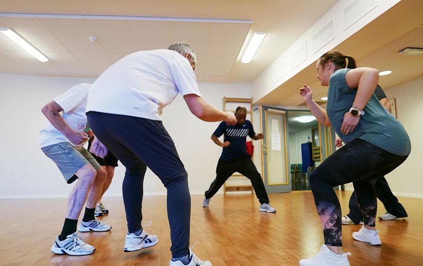 Hjertegruppen på en av treningsøktene på Tårnåsen aktivitetssenter med fysioterapeut Aina Bryn Janson som instruktør. (foto Jan Walbeck)