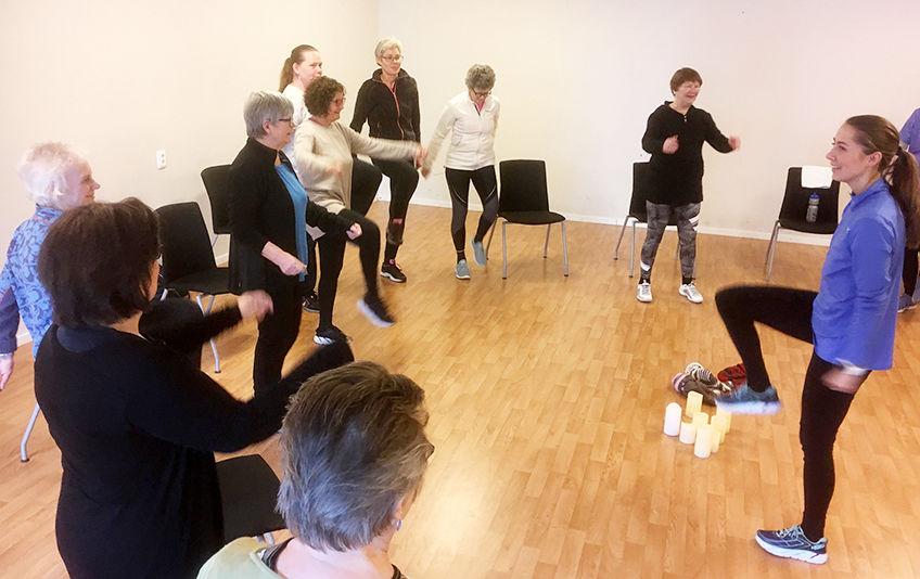 Fysioterapeut Rikke Henriksen Fossen med aktive deltakere på en treningsøkt.