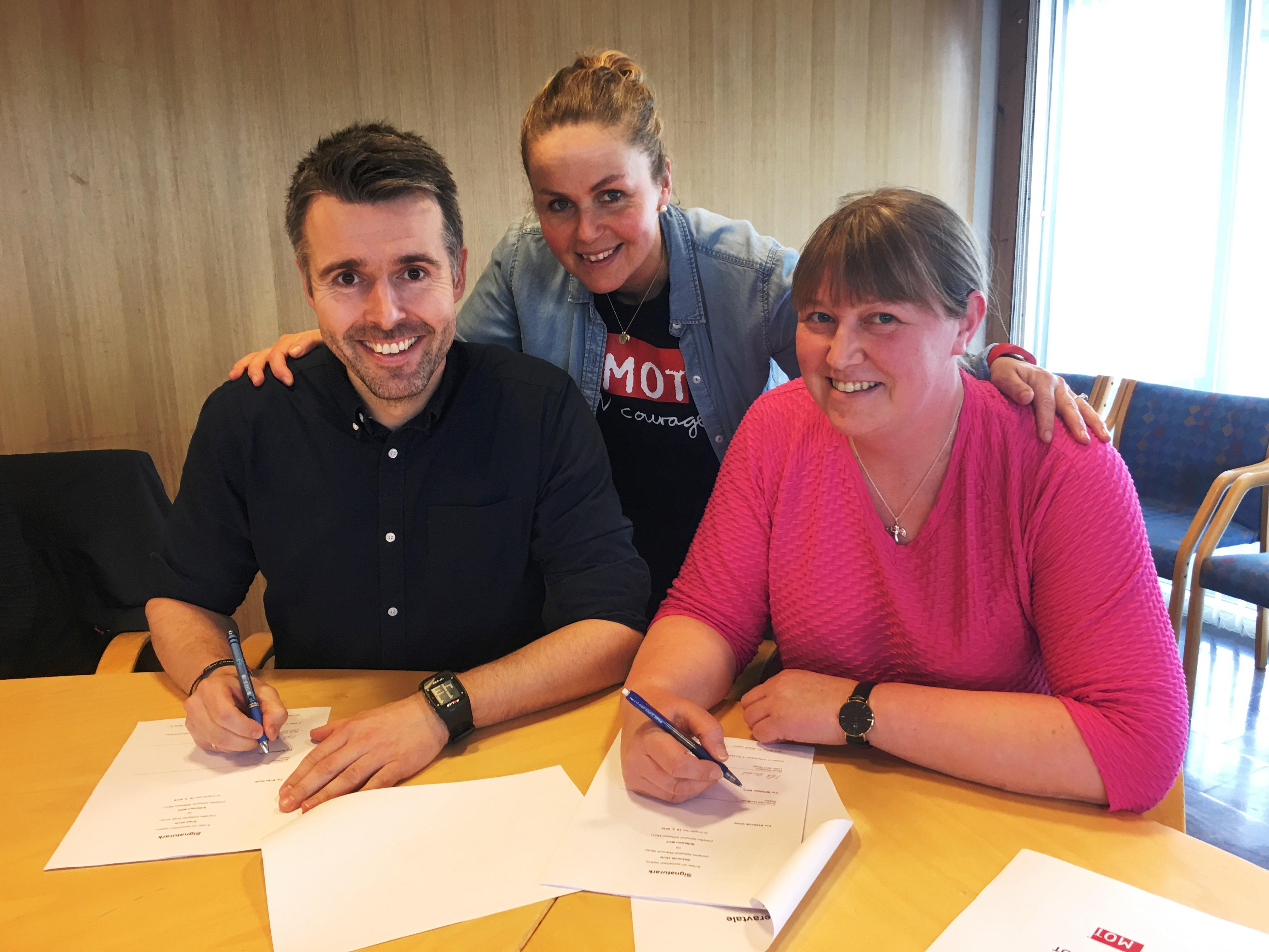 Jon og Kari signerer.jpg