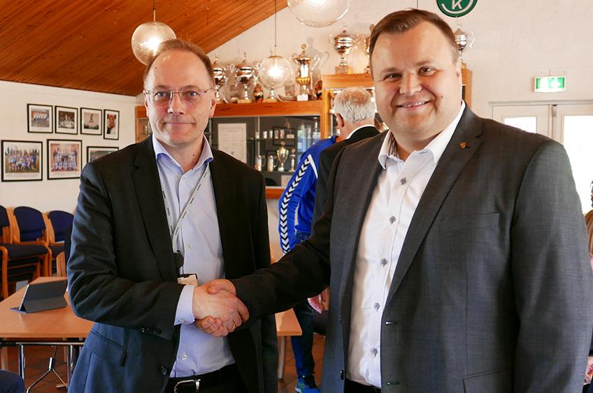 Signering av kontrakt med ordfører og direktør i Skanska