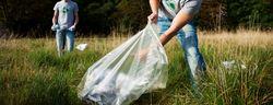 Bilde av mann som plukker søppel