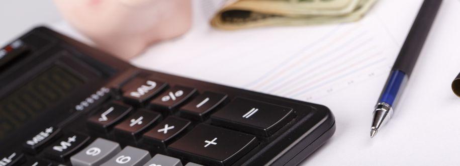 Bilde av kalkulator, penn og penger