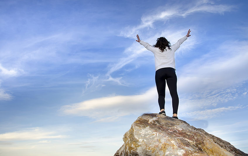 Kvinne på toppen av et fjell