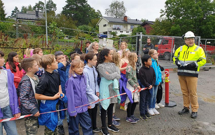 Ordfører Thomas Sjøvold markerer byggestart for Kolbotn skole med skolebarn