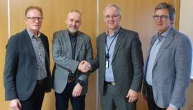 Fra venstre: Assisterende banksjef i SpareBank1 SMN Tor Helge Hansen, rådmann Carl-Jakob Midttun, Bertil Halsen, banksjef samfunnssektor i SpareBank1 SMN, og Einar Spjøtvoll, økonomisjef i Malvik kommune.