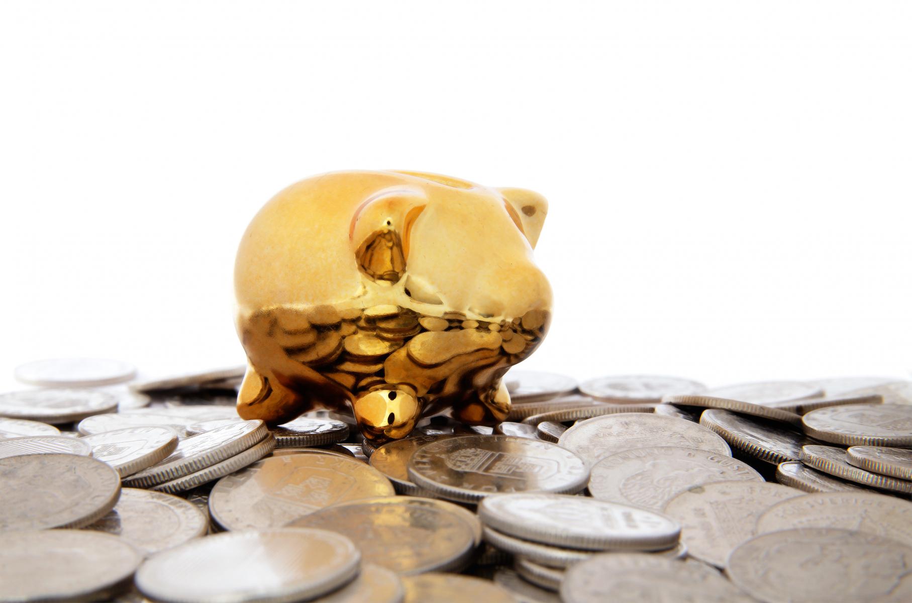 gyllene-spargris-omgiven-av-mynt.jpg