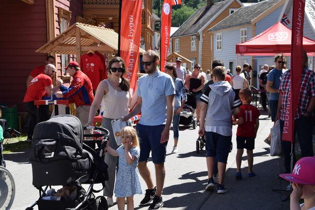 Lærdal har vore marknadsplass i mange hundreår grunna si strategiske plassering inst i Sognefjorden. Marknadstradisjonen blir i dag halden i hevd gjennom tre årlege, store marknadar – her frå Lærdalsmarknaden som blir arrangert i juni.