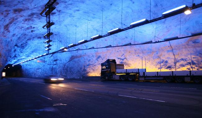 Lærdalstunnelen vart opna i år 2000 og er med sine 24,5 kilometer verdas lengste vegtunnel. Tunnelen gjorde at Lærdal kom «nærare» Bergen og forsterka kommunen sin status som knutepunkt.