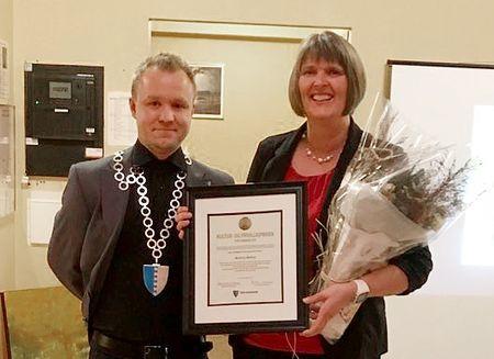 Kultur- og frivilligprisen 2019 gjekk til Solveig Stølås, her med varaordførar Kenneth Karlsen.