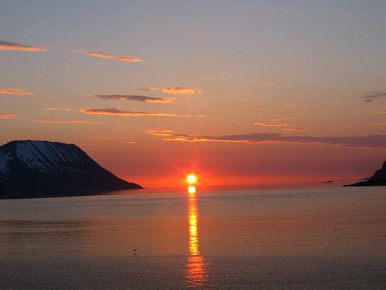 Midnattsol over Laukøy og Skjervøy