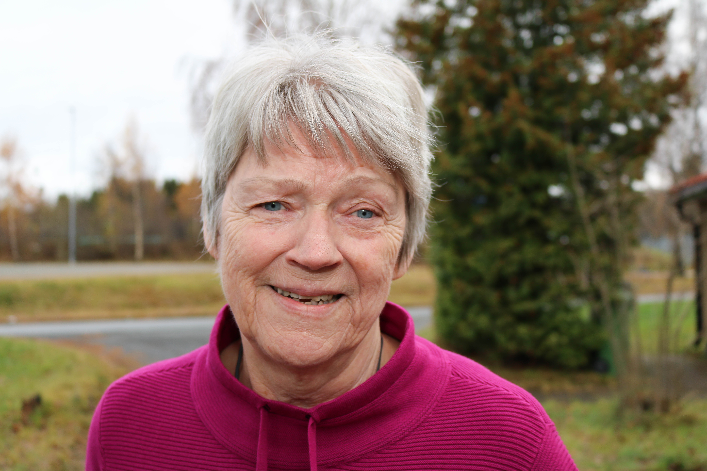 Utvendig portrettbilde av døvblind kvinne.