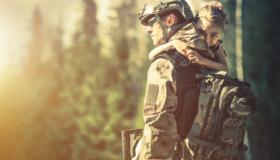 Bilde av soldat og barn
