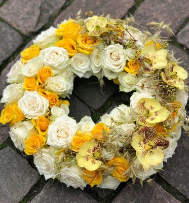 krans-med--blomster-i-gultoner_1080x1157