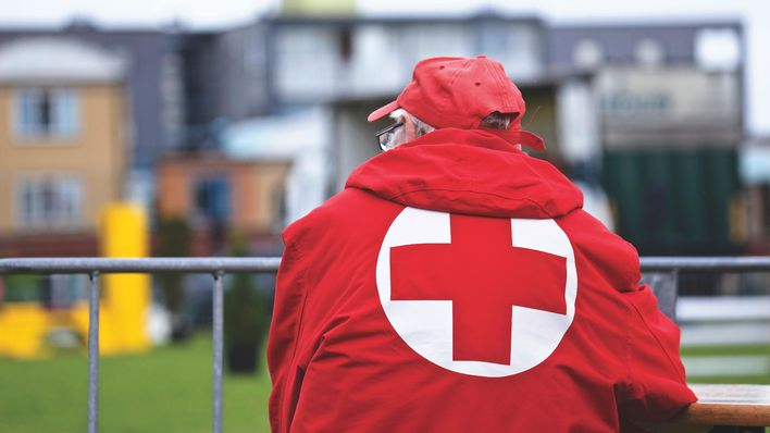 portrait-watching-dutch-red-cross-98014