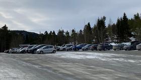 Bilder av parkeringsplassen med biler på Sveberg