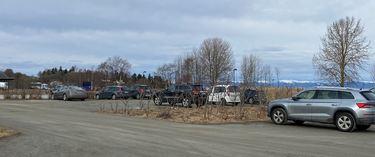 Bilde av parkeringsplassen ved Midtsandtangen, med biler.