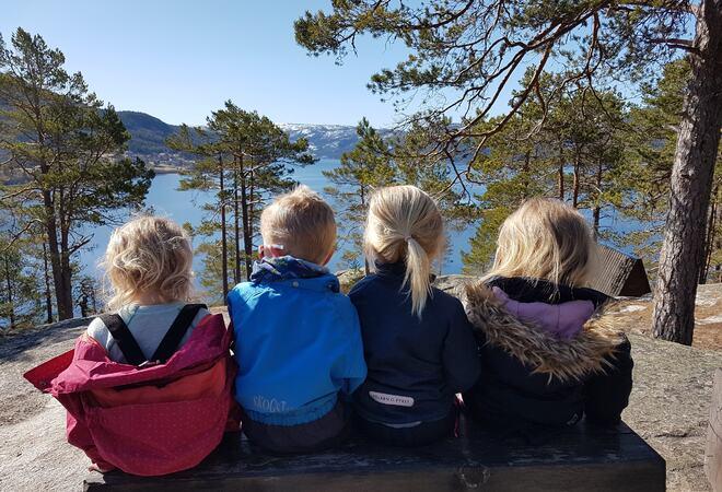 Ei gruppe barn på tur i Hamaren